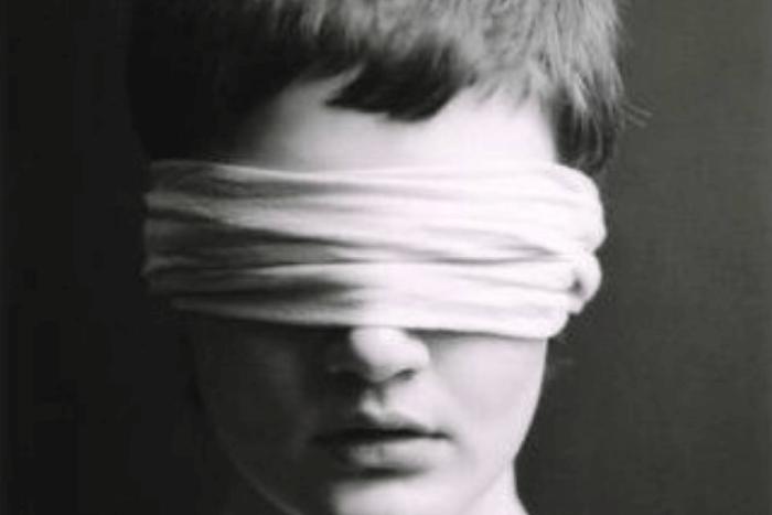 Κοντινό σε πρόσωπο ατόμου που τα μάτια του είναι δεμένα με μαντήλι