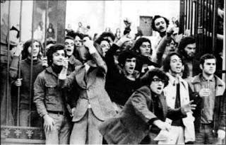Φοιτητές έξω από το Πολυτεχνείο (1973)