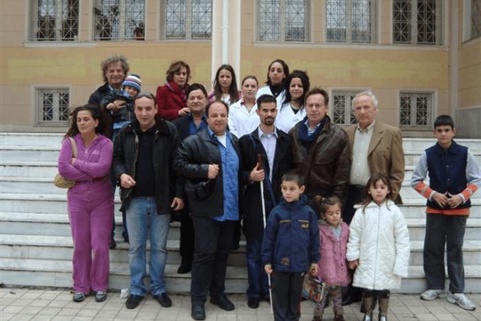 Ομαδική φώτο ο Βαγγέλης Αυγουλάς με τον Ιωάννη Κουτσανδρέα και υπάλληλους των Κοινωνικών Υπηρεσιών του Δήμου, σπουδάστριες της Σχολής Νοσηλευτικής και πολίτες και παιδιά