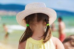 Κοριτσάκι με καπέλο πλάτη