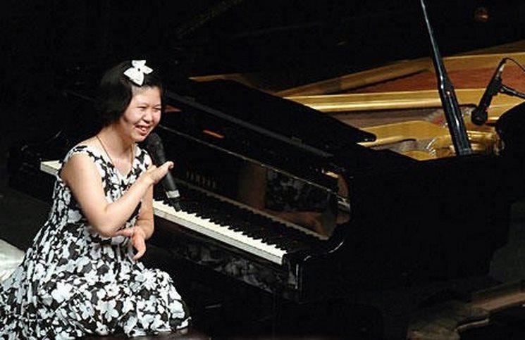 Η Hee Lee Ah μπροστά στο πιάνο της