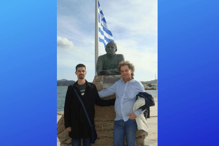 Βαγγέλης Αυγουλάς και Ιωάννης Κουτσανδρέας σε άγαλμα του Καββαδία στην Κεφαλλονιά