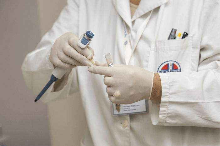 γιατρός με ρόμπα και ιατρικά εργαλεία στο χέρι