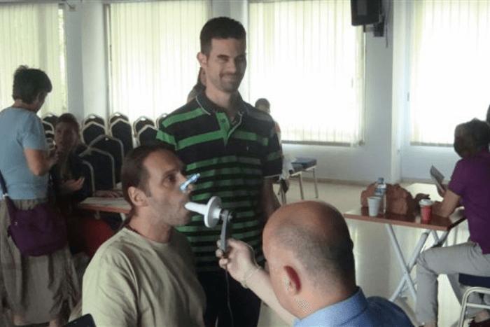 Μέλος του Φάρου Τυφλών που κάνει σπιρομέτρηση και δίπλα ο Βαγγέλης Αυγουλάς
