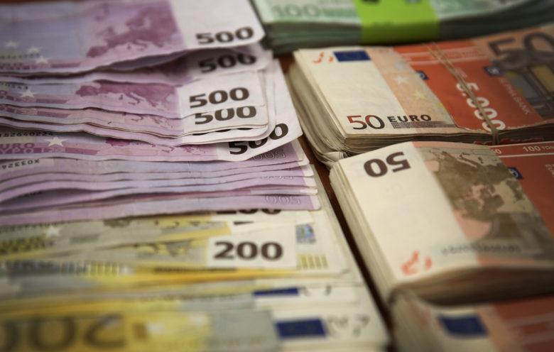 Χρήματα σε στοίβες