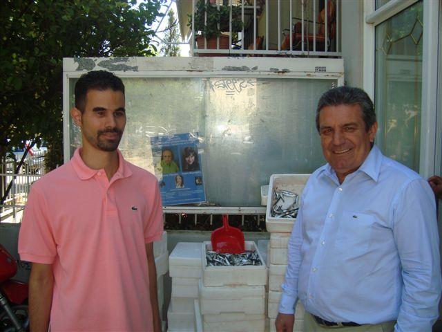 Ο δήμαρχος Ιλίου Νίκος Ζενέτος και ο Βαγγέλης Αυγουλάς με ψάρια