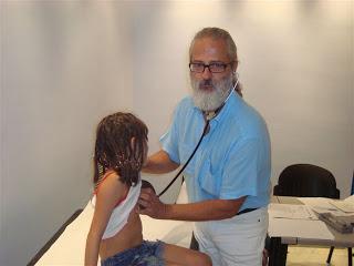 Ο Παιδίατρος κ. Κωστόπουλος εξετάζει παιδί