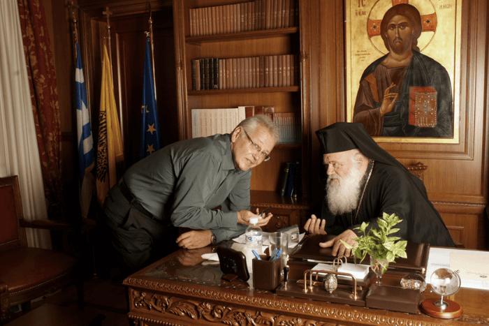 ο Δημήτρης Κωνσταντάρας μαζί με τον Αρχιεπίσκοπο Ιερώνυμο