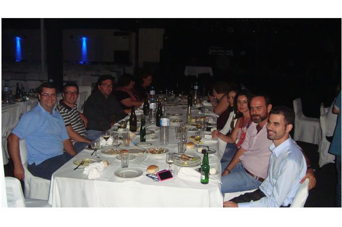 Ο Βαγγέλης Αυγουλάς με μερικούς από τους παρεβρισκόμενους στο δείπνο στο σκοτάδι στο Ηράκλειο