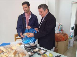 Ο Βαγγέλης Αυγουλάς και ο δήμαρχος Ιλίου ετοιμάζουν τσάντα με τρόφιμα για τα συσσίτια
