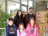 Ο Βαγγέλης Αυγουλάς με γονείς και μαθητές από το 12ο Δημοτικό Ιλίου και πολλές γεμάτες κούτες