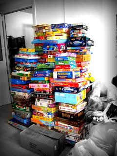 Πύργος με επιτραπέζια παιχνίδια στο παντοπωλείο που φτάνει ως το ταβάνι