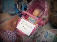 8ο Δημοτικό Ιλίου, ένα παιδικό καροτσάκι με μία κούκλα και γύρω και άλλα παιχνίδια