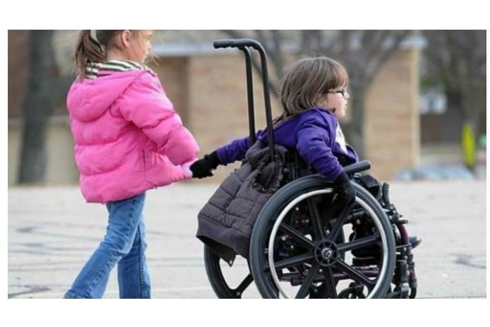 παιδί σε αμαξίδιο και παιδί χωρίς αναπηρία