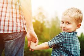 αγοράκι κρατάει χέρι μαμάς