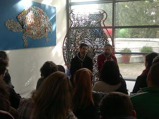 Ο Βαγγέλης Αυγουλάς και ο Παναγιώτης Πιτσίνιαγκας με παιδιά γυμνασίου