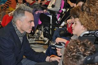 ο Ντάνιελ Ντέι-Λιούις μιλάει με παιδάκια από την εταιρεία σπαστικών