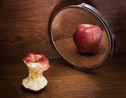 Μήλο ολόκληρο και μήλο φαγωμένο