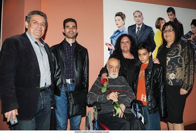 Ο Βαγγέλης Αυγουλάς με τον Δήμαρχο , την κυρία Έμμυο, τον Αντρέα Μπάρκουλη στο αναπηρικό αμαξίδιο, το γιό του και τη σύζηγό του στο θέατρο