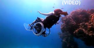 Γυναίκα πάνω στο αμφίβιο αμαξίδιο μέσα στη θάλασσα