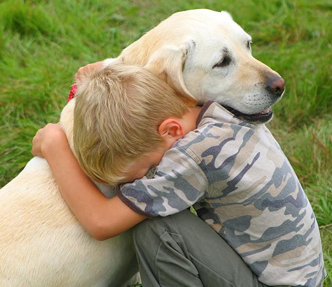 Παιδί με σκύλο αγκαλιά