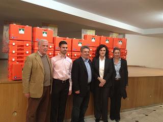 Ο Βαγγέλης Αυγουλάς, ο Δήμαρχος, ο Πατερέλης και οι δύο κυρίες από το Υγεία και πίσωτα κουτιά