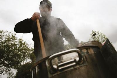 Ο Κώστας Πολυχρονόπουλος ετοιμάζει το φαγητό στην κλατσαρόλα