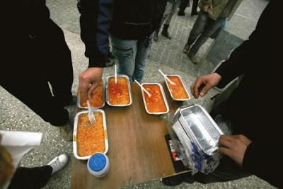Το φαγητό μοιράζεται σε μερίδες