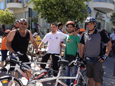 Ο Βαγγέλης Αυγουλάς, ο Θανάσης, ο Αμπατζής και ο Νίκος με τα ποδήλατα