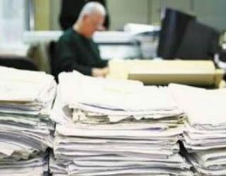 Συγκεντρωμένα χαρτιά πάνω στο γραφείο