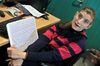 η Δανάη Αντωνίου με το ειδικό πληκτρολόγιο της
