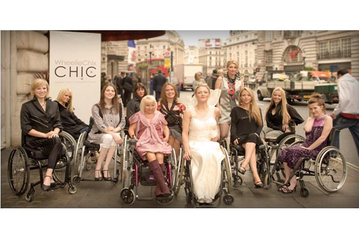 μοντέλα με κινητική αναπηρία