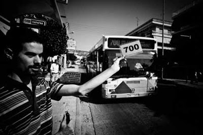 Ο Βαγγέλης Αυγουλάς σταματάει λεωφορείο με την ειδική κάρτα για τους τυφλούς