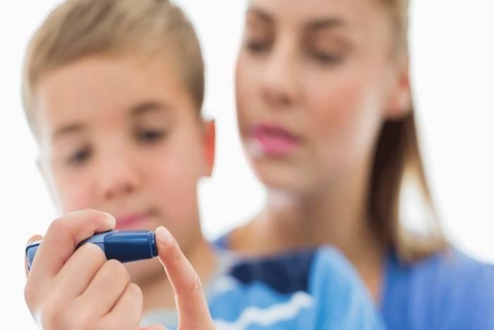 παιδί που κάνει ινσουλίνη με τη μαμά του