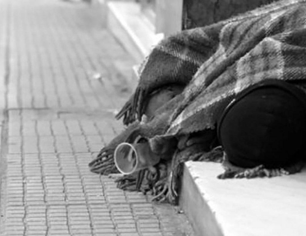 άστεγος που κοιμάται σε σκαλοπάτια