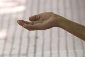 απλωμένο χέρι που ζητιανεύει