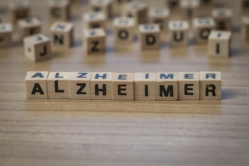 η λέξη αλτσαχάιμερ γραμμένη σε ξύλινα κυβάκια