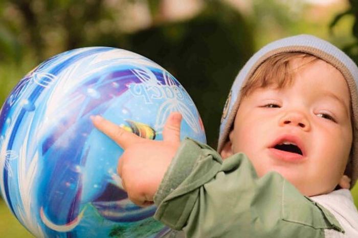 παιδάκι που κρατάει μπάλα