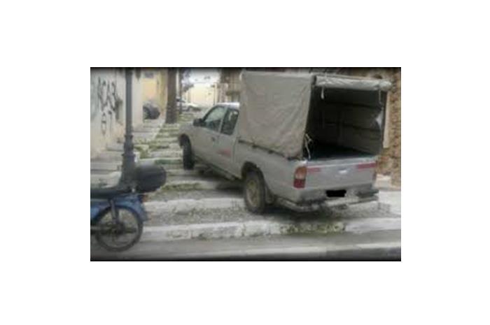 φορτηγάκι παρκαρισμένο πάνω σε σκαλοπάτια