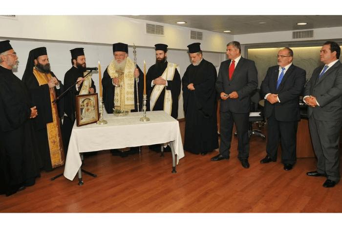 Ο Ιερώνυμος εγκαινιάζει το ιατρείο, λειτουργία με άλλους ιερείς
