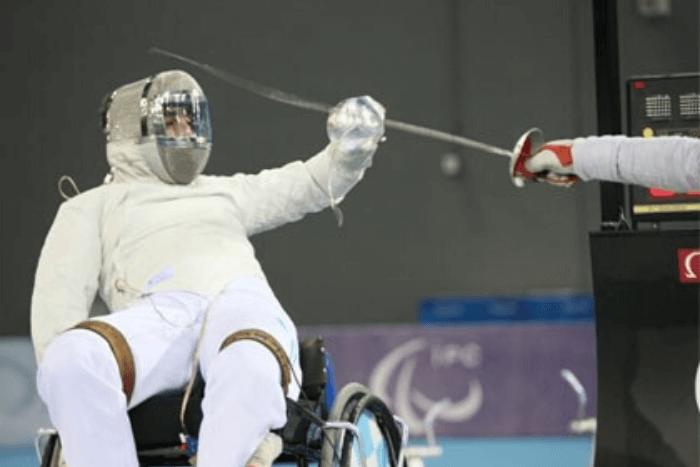 ο αθλητής σε αμαξίδιο διαγωνίζεται στην ξιφασκία