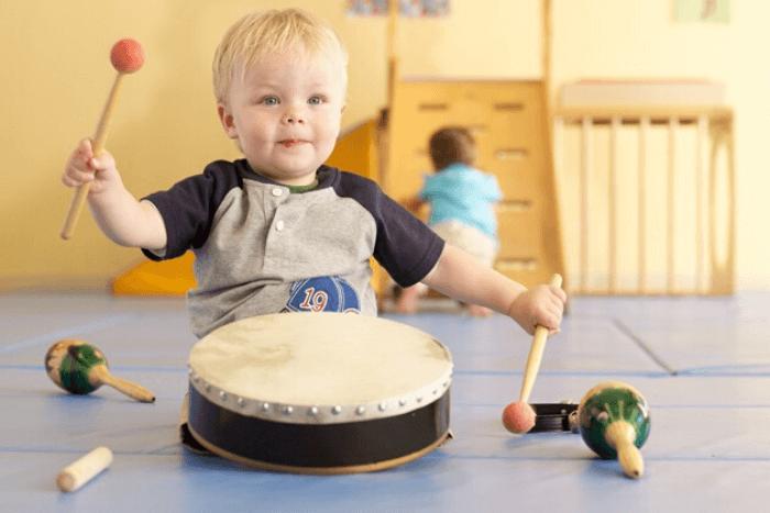 παιδί που παίζει με τύμπανο