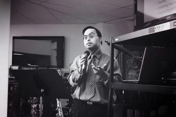 Μουσικός με Σύνδρομο Down Sujeet Desai ανάμεσα σε μουσικά όργανα