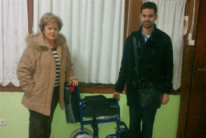Ο Βαγγέλης Αυγουλάς με την Ελένη Σταθοπούλου και αναπηρικό αμαξίδιο