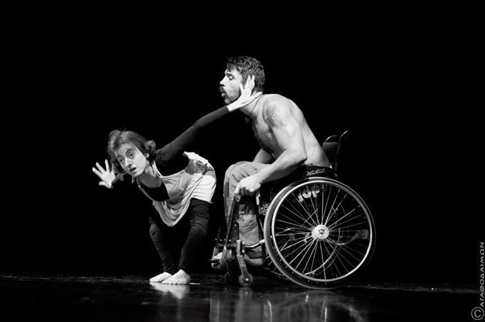 η Ειρήνη χορεύει με άντρα σε αμαξίδιο