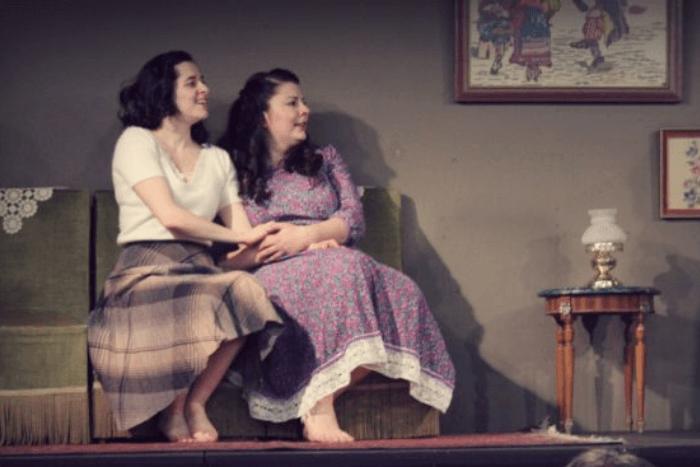 """Φωτογραφία από την παράσταση """"Κάρβουνο"""". Δύο γυναίκες στη σκηνή."""