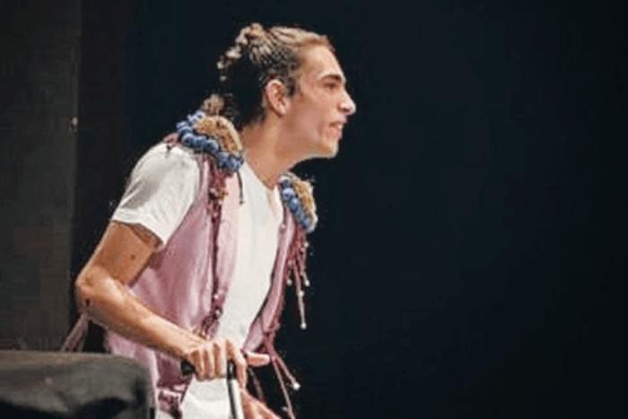 Ο Δημήτρης Γρίντζος με από στιγμιότυπο της παράστασης