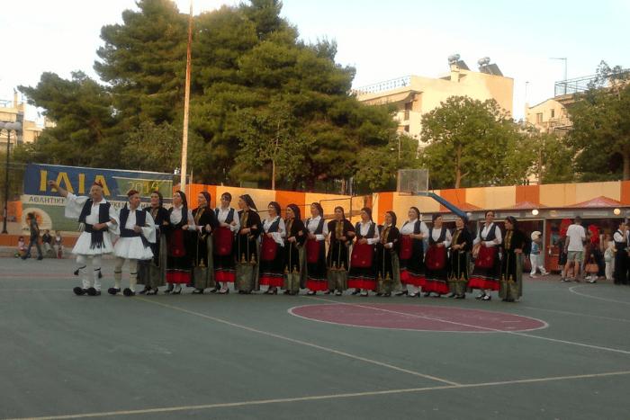 Ένας από τους Συλλόγους Ιλίου με παραδοσιακές στολές