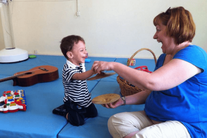 Ο μικρός Μιχάλης με την μουσικοθεραπευτριά του κα Πόλα Νομικού