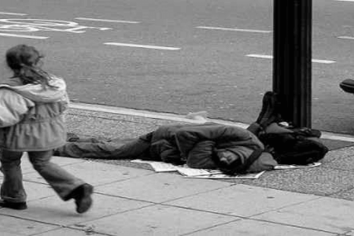 άστεγος στο δρόμμο